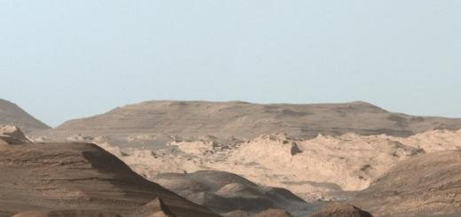 Ровер Curiosity сфотографировал фрагмент горы Шарп на Марсе. На переднем плане снимка на расстоянии трех километров от камеры видны высокие хребты, богатые гематитом и оксидом железа. За ними — холмы из глинистых минералов, за которыми прячутся гладкие горы из сульфатных минералов. Об этом сообщаетс