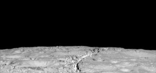 Космический аппарат Cassini прислал снимки, на которых видны трещины, покрывающие северный полюс Энцелада, спутника Сатурна. Ученые пока не берутся сказать, что именно запечатлено на фото.
