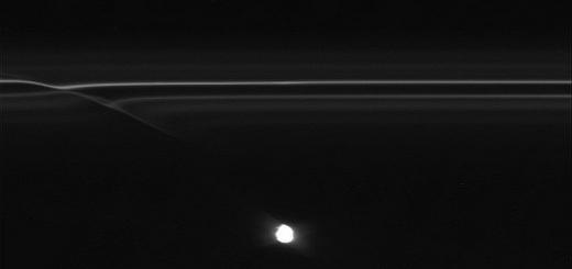 Новые снимки, сделанные космическим аппаратом «Кассини», открыли километровые объекты, пронзающие некоторые части F-кольца Сатурна, оставляя блестящие следы на нем. Эти следы на кольце, которые ученные называют мини-потоки, проливают свет на необычное поведение F-кольца, которое лидер съемочной груп