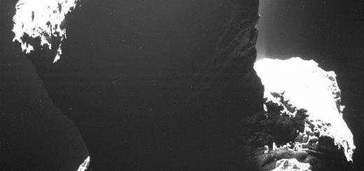 Последние 5,5 года «темная сторона» кометы 67Р/Чурюмова – Герасименко оставалась в глубокой, черной тени. Лишь теперь, по мере сближения кометы с Солнцем, она начинает получать первые лучи – и наблюдающий за ней европейский космический аппарат Rosetta впервые заглянул в эту область, сразу найдя нема